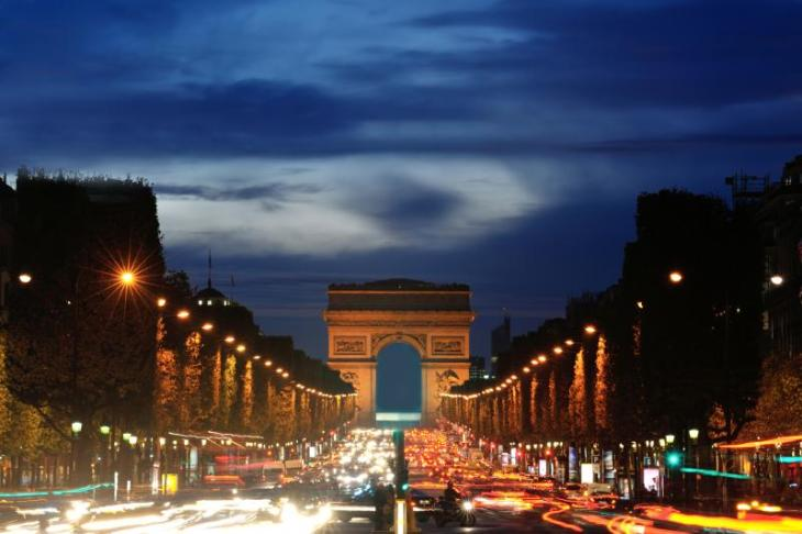 champs-elysees-avenue-arcetiomphe-night-paris-france